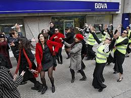 Spanish protest. The group FLO 6x8 and passers-by disrupt bank activity to the rhythm of Rumba Rave (2)